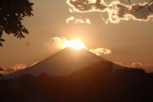 青木神社から望むダイヤモンド富士